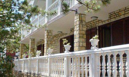GRAD PAG: Kuća i veliko dvorište sa zajedničkim prostorijama na površini od 1.348m2 ► Na upit
