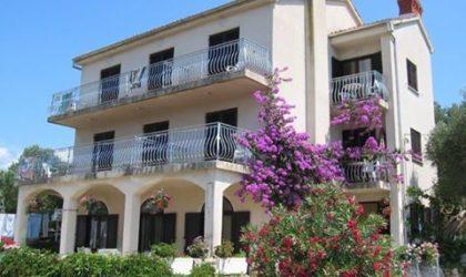 JAKIŠNICA Kuća 190 m2 s pet apartmana na odličnoj lokaciji blizu mora ► 395.000 €