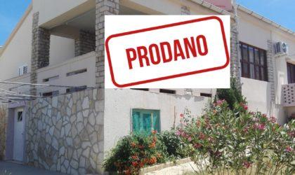 KUSTIĆI Prodaje se kuća 175m2 s okućnicom udaljena samo pet minuta hoda od plaže ► 220.000 €
