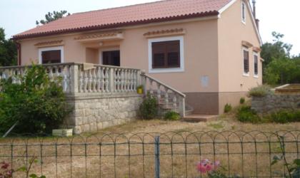 JAKIŠNICA: Kuća 95 m2 s velikom terasom, četiri sobe, dvije kupaone, sto metara od mora ► 250.000 €