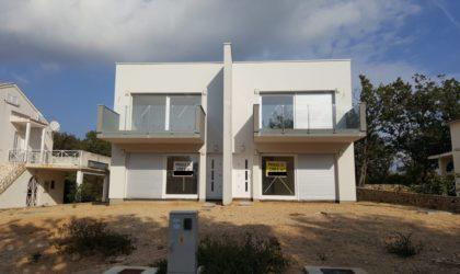 POTOČNICA Prodaju se dva odvojena dvoetažna apartmana s dvorištem i pogledom na more ► 152.900 €