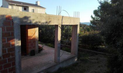 JAKIŠNICA: Nedovršena kuća i zemljište 789 m2, svi priključci i dozvole, blizu plaže ► 175.000 €