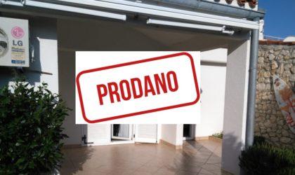 GAJAC Prodaje se 2-sobni apartman 54m2 s terasom i dvorištem u blizini plaže ► 105.000 €