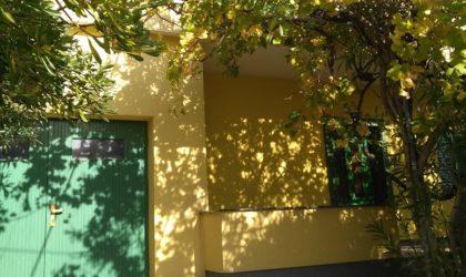 GRAD PAG: Prodaje se kuća s tri stana i dvorištem 274m2, grijanje solarnim panelima, garaža ► 198.000 €