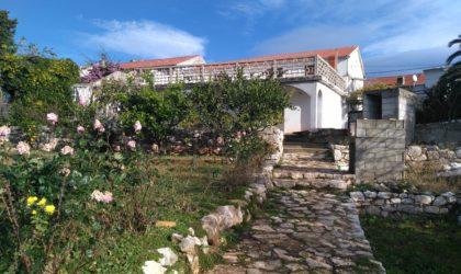 LUN Stara kuća i veliko zemljište s pogledom na more, pogodno za izgradnju kuća s bazenima ► 28 €/m2