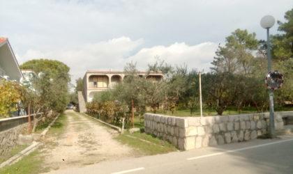 VIR  Prodaje se kuća 320 m2 s tri garaže i veliko zemljište u blizini plaže ► Na upit