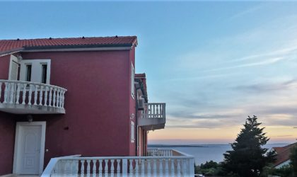 MANDRE 2-sobni apartman 58 m2 u prizemlju, pogled na more, terase, okružen zelenilom, opremljen ► 98.000 €