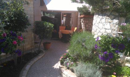 GAJAC  3-sobni apartman 122 m2 s vrtom, obnovljen i predivno uređen, zona A ► 260.000 €