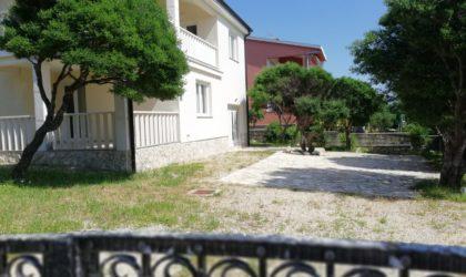 POTOČNICA Kuća 298 m2 s tri stana i velikim dvorištem, blizu plaže ► 650.000 €