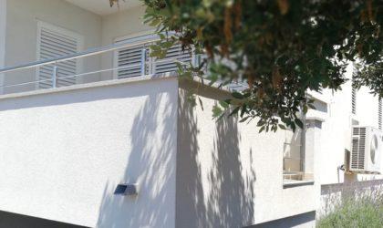MANDRE 3-sobni apartman 73 m2 u prizemlju s vrtom, blizu mora, dva parkinga ► 158.600 €