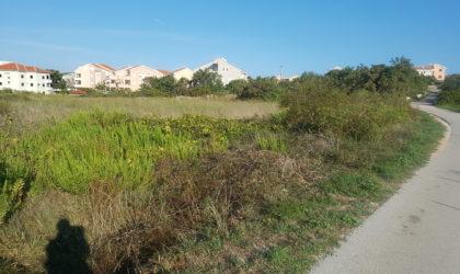 STARA NOVALJA Građevinski teren 1.680 m2 blizu pješčane plaže Planjka ► 120 €/m2