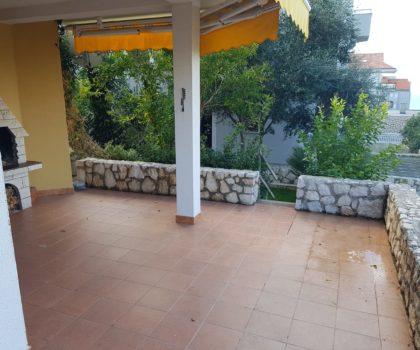 NOVALJA 3-sobni apartman s vrtom i velikom terasom, opremljen, blizu mora ► 105.000 €