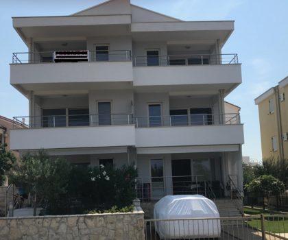 NOVALJA 3-sobni apartman 55 m2 u prizemlju s terasom, veliki vrt, parking, blizu mora ► 135.000 €