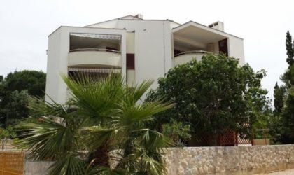 NOVALJA Apartman 50 m2 prizemlje, veliko dvorište, terasa i 3-sobni apartman, potkrovlje ► 139.900 €