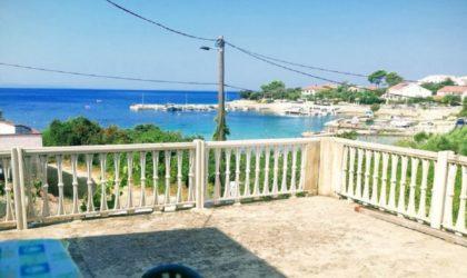 JAKIŠNICA Starija kuća 90 m2 s terasom, velika okućnica, blizu plaže, pogled na more ► 180.000 €